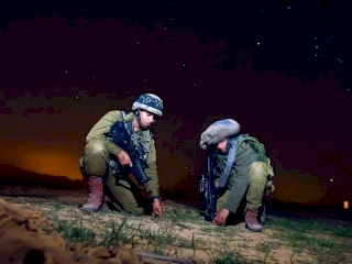 الاحتلال يزرع متفجرات على الجدار الحدودي مع غزة