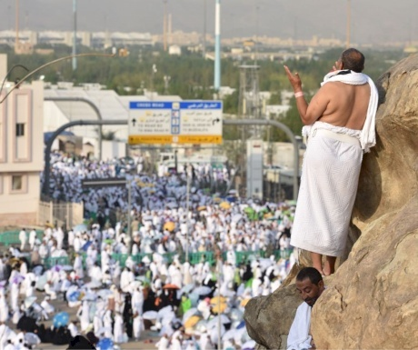 بعد ليلة عاصفة وماطرة.. حجاج بيت الله الحرام يتوجهون إلى صعيد عرفات