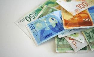"""رئيس التحرير: إسرائيل تضع البنوك على """"بوز المدفع"""""""