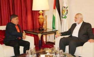 هنية يلتقي وزير الدفاع الماليزي في قطر