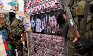 الإعلام الإسرائيلي يكشف هوية الوسيط في ملف التبادل
