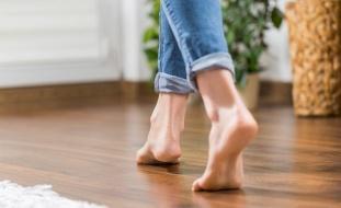 لماذا ينصح الخبراء بإبقاء الأقدام حافية في المنزل؟