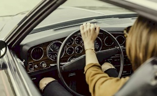 فتاة تقتل والدها وهي تتعلم قيادة السيارة