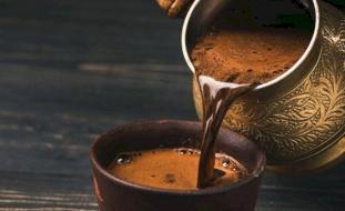 تجنبوا تناول القهوة في الجو الحار لهذا السبب