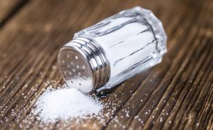 """خبراء: تناول ملعقة ملح صغيرة يقلل خطر الإصابة بـ""""القاتل الصامت"""""""