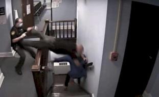 فيديو مثير.. المجرم فر من المحكمة والشرطي واجه نهاية مؤلمة!