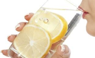 مخاطر شرب الكثير من ماء الليمون