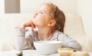 رهاب الطعام.. طفلة تعيش 10 سنوات على الخبز فقط