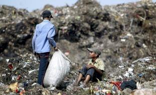 طفلة كانت تبحث عن قوتها.. فطمرت تحت القمامة
