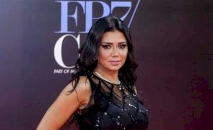شاهد: رانية يوسف تثير الجدل بإطلالتها في مهرجان سينمائي