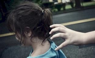 استخدم الحيلة لاغتصاب فتاة قاصر تصغره بـ33 عاما طيلة 3 سنوات.. وما حدث صادم!