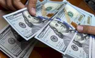 الدولار يتراجع بعد إعلان بايدن حزمة مساعدات ضخمة