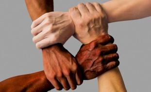 دراسة تكشف ارتباط  الإصابة بكورونا باختلاف الأعراق