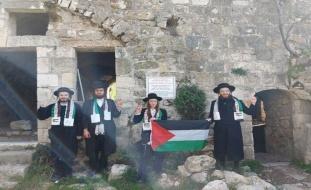 صور| جماعة يهودية تنظف مسجداً وتدعو لعودة الفلسطينيين المهجرين
