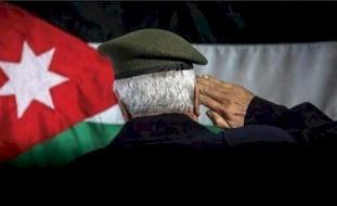 مذيع يفجر غضب الأردنيين بما فعله على الهواء مع متقاعد عسكري (فيديو)