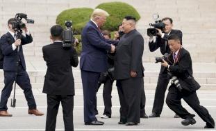 تقرير مثير عن علاقة ترامب غير العادية بكيم: حاول استمالته برحلة خاصة..!