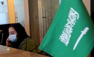 """وظيفة """"للرجال فقط"""" تثير غضبا في السعودية.. والسلطات تتدخل!"""