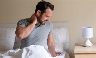 لماذا تستيقظ وأنت تشعر بالألم في منتصف الليل؟