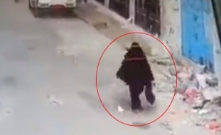 شاهد كيف ضرب يمنيان والدتهما وسط الشارع في نهار رمضان لهذا السبب بعد وفاة والدهم! (فيديو)