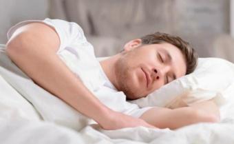 طبيب أمراض عصبية يكشف عن أفضل وضعية للنوم