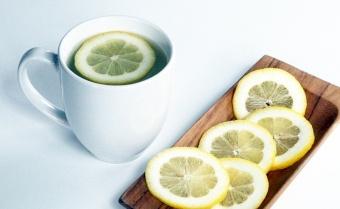 طبيب يحذر من تناول عصير الليمون الدافئ