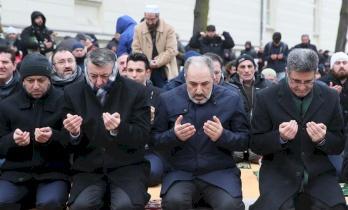 بالصور...السفير التركي وآلاف المسلمين يفاجئون الألمان بهذا الفعل