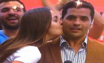 التلفزيون المصري يرفض عقاب مذيع قبّلته حسناء روسية على الهواء!