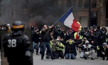 فرنسا تناشد السترات الصفراء
