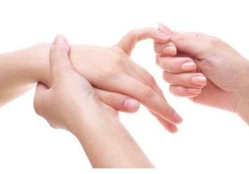سيدتي..دلّكي أصابعك بهذه الطريقة وتخلّصي من الأوجاع