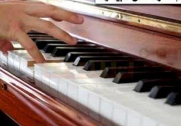 طفل خرافي يعزف على البيانو