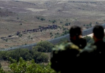 عشرات السوريين يقتربون من السياج الحدودي قرب القنيطرة