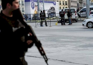 جندي يحتجز رهائن داخل مركز تجاري