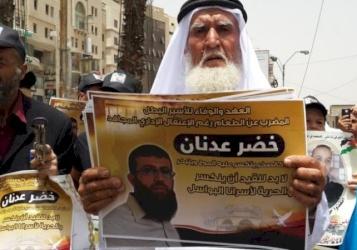 ماذا طالب والد الاسير المضرب عدنان ؟