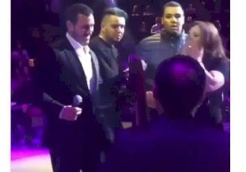 بالفيديو.. كاظم الساهر يتدخل ويحتضن  إحدى المعجبات
