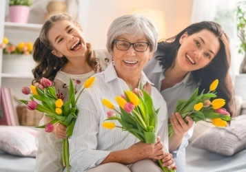 في يوم الأم هل تحبين أن تحتفي بأمك، أم أن يحتفي بك أطفالك؟