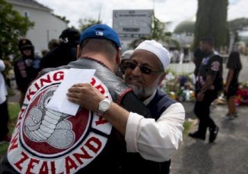 صور: رجال العصابات يتعاطفون مع المسلمين.. عصابة تتعهد بحراسة المساجد في نيوزيلندا