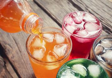المشروبات المحلاة بالسكر تعزز انتشار أورام القولون