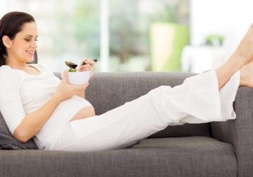 تورم القدمين عند الحامل وطرق العلاج