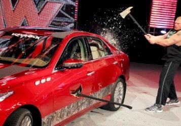 مصارع يُحطم سيارة فاخرة!