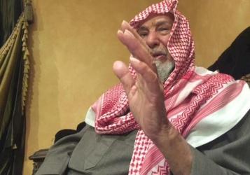 مسن سعودي يعيش حياة أجداده