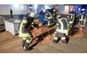 رجال إطفاء بمهمة غير مسبوقة.. تجريف الشوكولاتة بالشوارع!