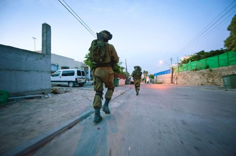 بالاسماء.. الاحتلال يعتقل 6 مواطنين بالخليل