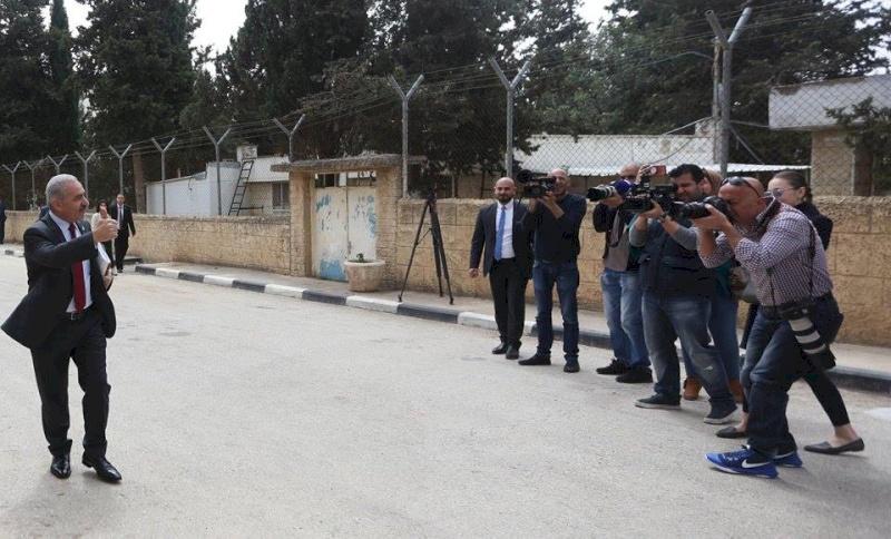 فيديو: اشتيه يصل لمقر رئاسة الوزراء مشيا على الاقدام ومع مرافق واحد