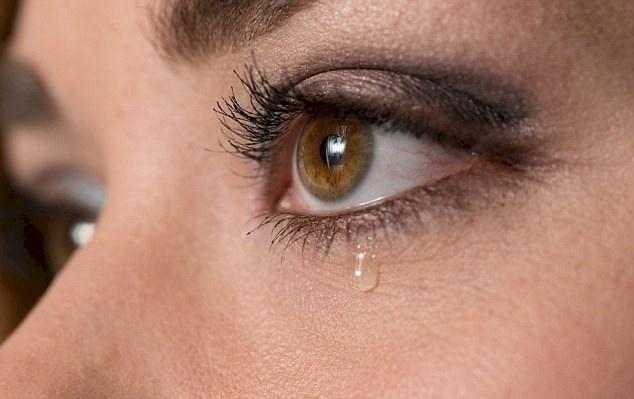 دموع العين المستمرة: إلى ماذا تشير؟