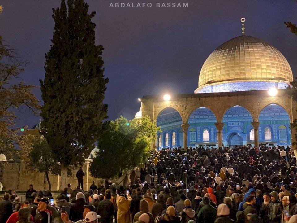 الآلاف يؤدون صلاة الفجر في المسجد الأقصى والحرم الإبراهيمي