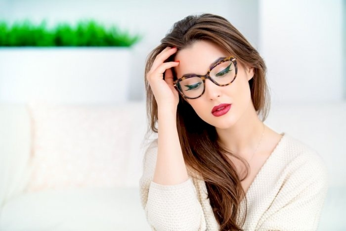 لماذا نشعر بالصداع بعد ارتداء النظارة الطبية الجديدة؟