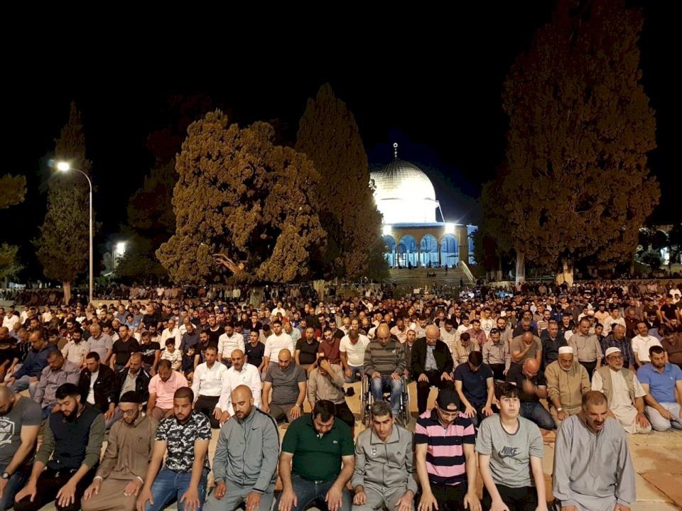 مساجد فلسطين تمتلئ بمصلي الفجر