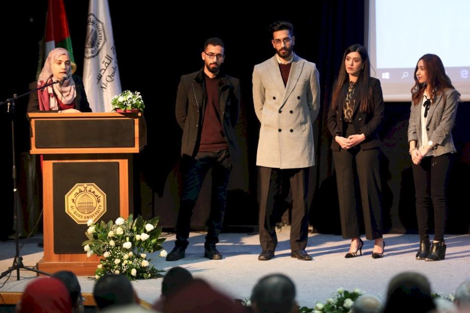 طلبة الطب في جامعة القدس يعرضون أبحاثاً طبية متميزة في مشاريع تخرجهم
