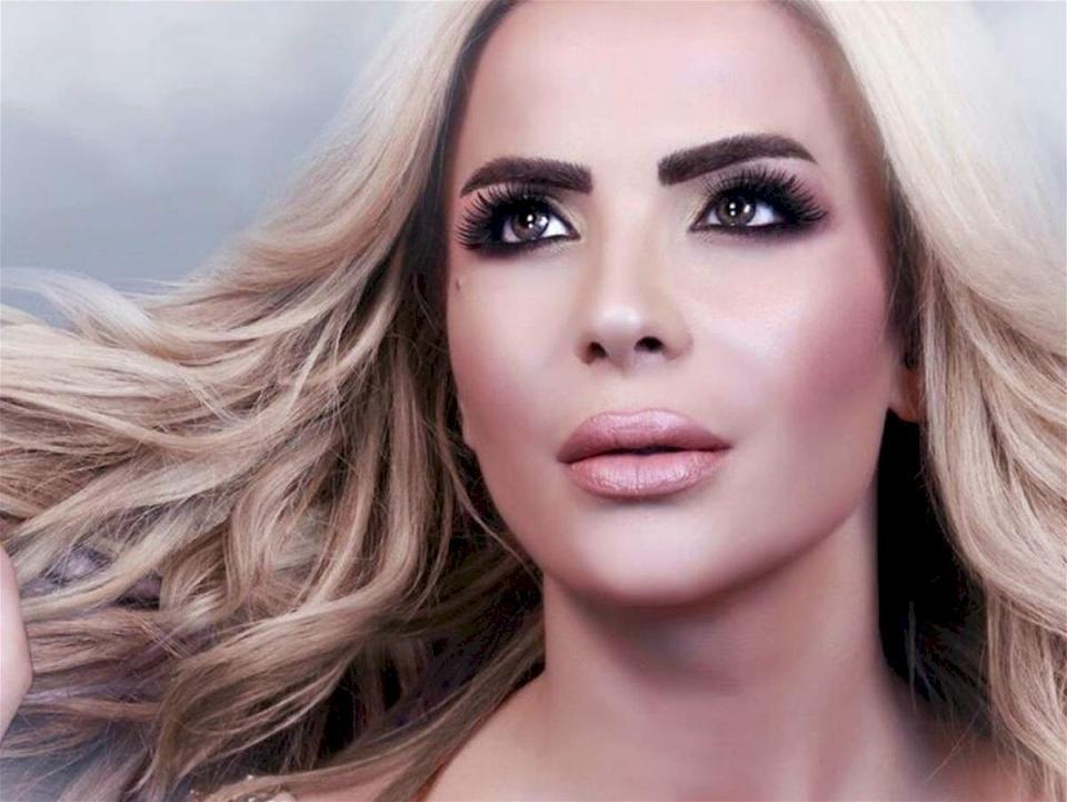 """مغنية لبنانية: لا تصل الفنانات للشهرة إلا بعد """"الفرشَة"""""""
