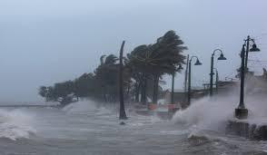 """""""إساياس"""" يراوغ في فلوريدا.. ومخاوف مع حلول الليل"""